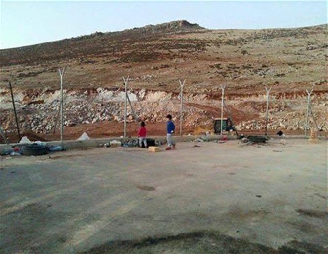 صورة للاجئين فلسطينيين سوريين منعوا من دخول لبنان
